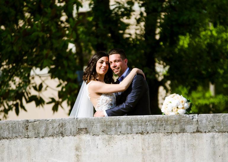 Fotografo di matrimonio Asti - sposi che si abbracciano sul ponte delle chiuse a Portogruaro
