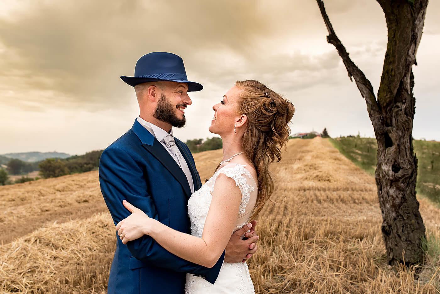 Fotografo di matrimonio Asti anniversario in Piemonte in un campo di grano al tramonto