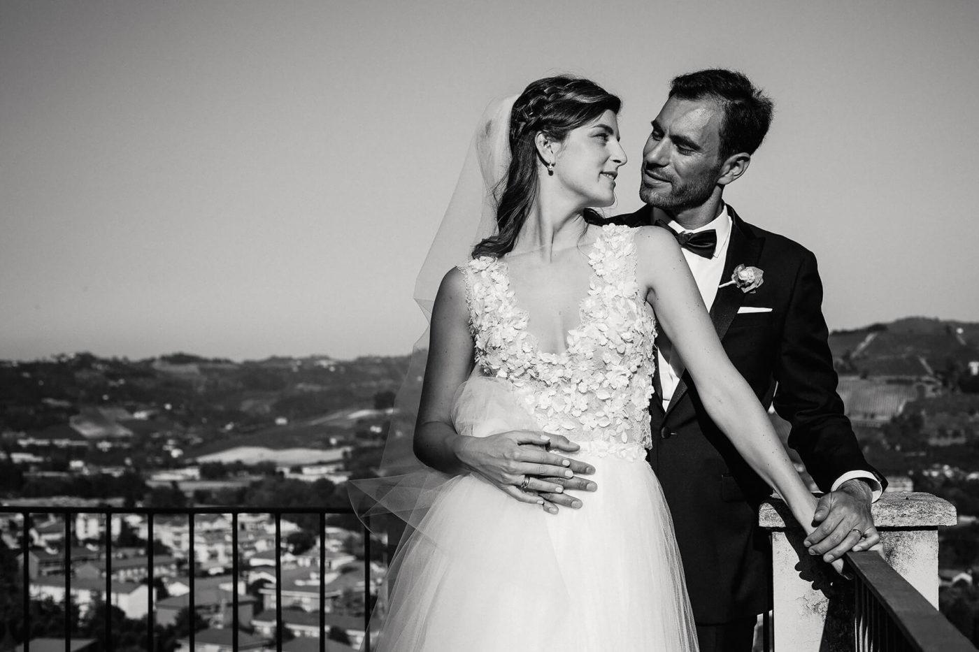 Coppia di sposi, servizio fotografico di matrimonio, sulla terrazza con vista panoramica di Canelli in Piemonte di Francesco Matturro