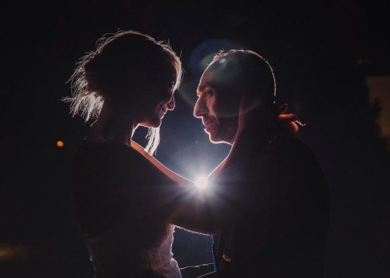 Fotografo di matrimonio Asti - Sposi che si abbracciano nella notte nel giardino dell'Hotel Somaschi a Cherasco
