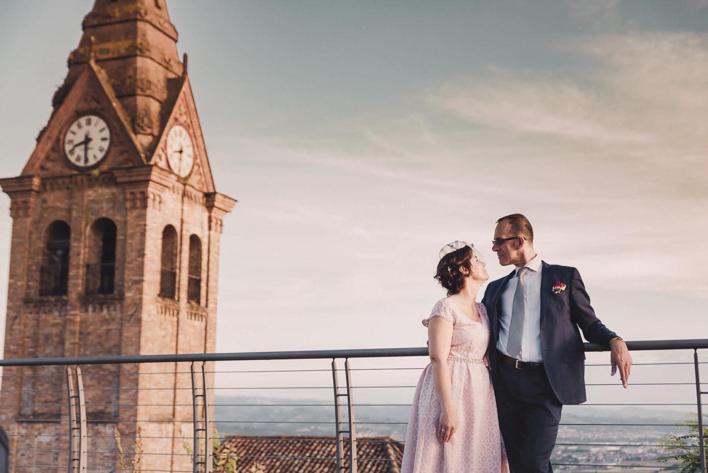 Fotografo di matrimonio Asti - Sposi vicino al campanile di Magliano Alfieri al tramonto