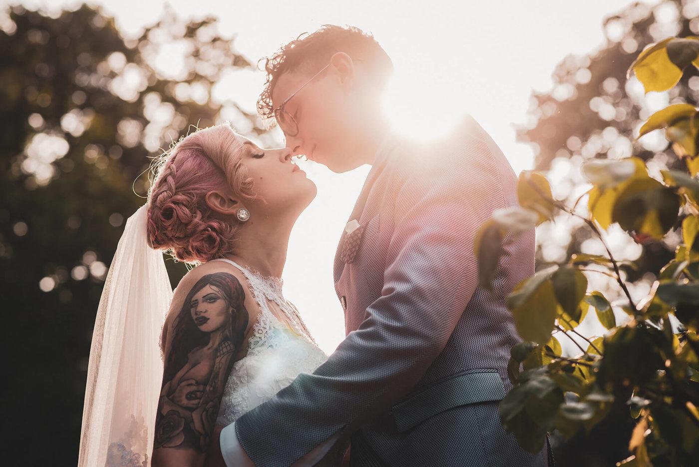 Fotografo di matrimonio Asti Servizio fotografico di matrimonio di una coppia al tramonto nel giardino del castello rosso di costigliole saluzzo di Francesco Matturro