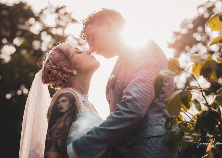 foto di coppia di sposi che si baciano al tramonto nel giardino del parco del castello rosso di costigliole saluzzo di Francesco Matturro