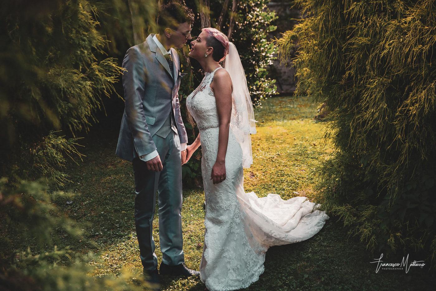 coppia di sposi nel giardino del castello rosso di costigliole saluzzo di Francesco Matturro