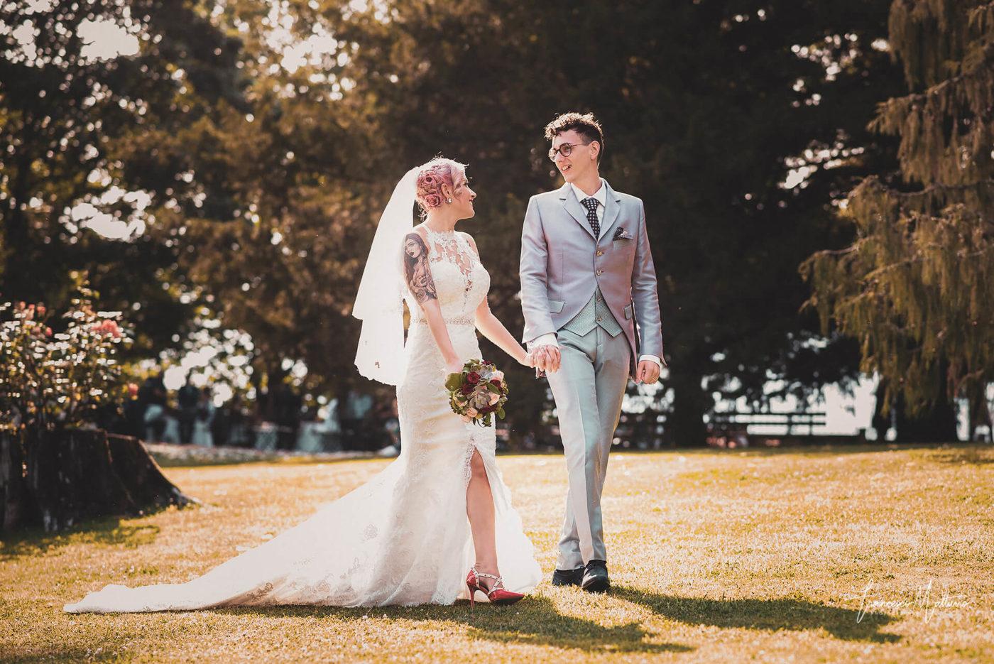 coppia di sposi passeggia nel giardino durante matrimonio al castello rosso di costigliole saluzzo di Francesco Matturro