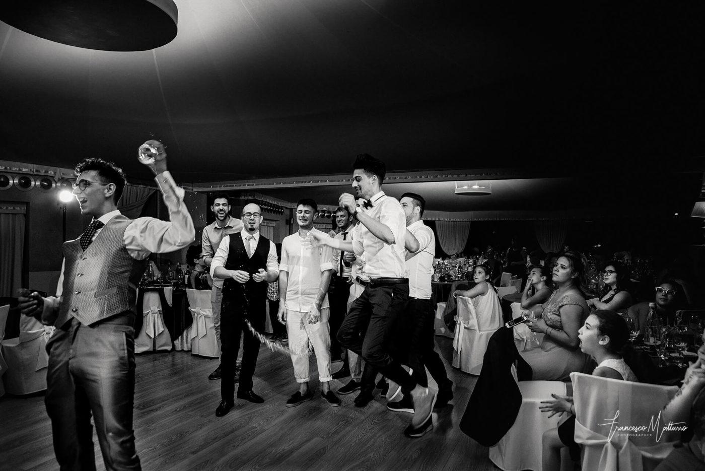 servizio fotografico matrimoniale durante la festa ricevimento presso il ristorante castello rosso di costigliole saluzzo di Francesco Matturro