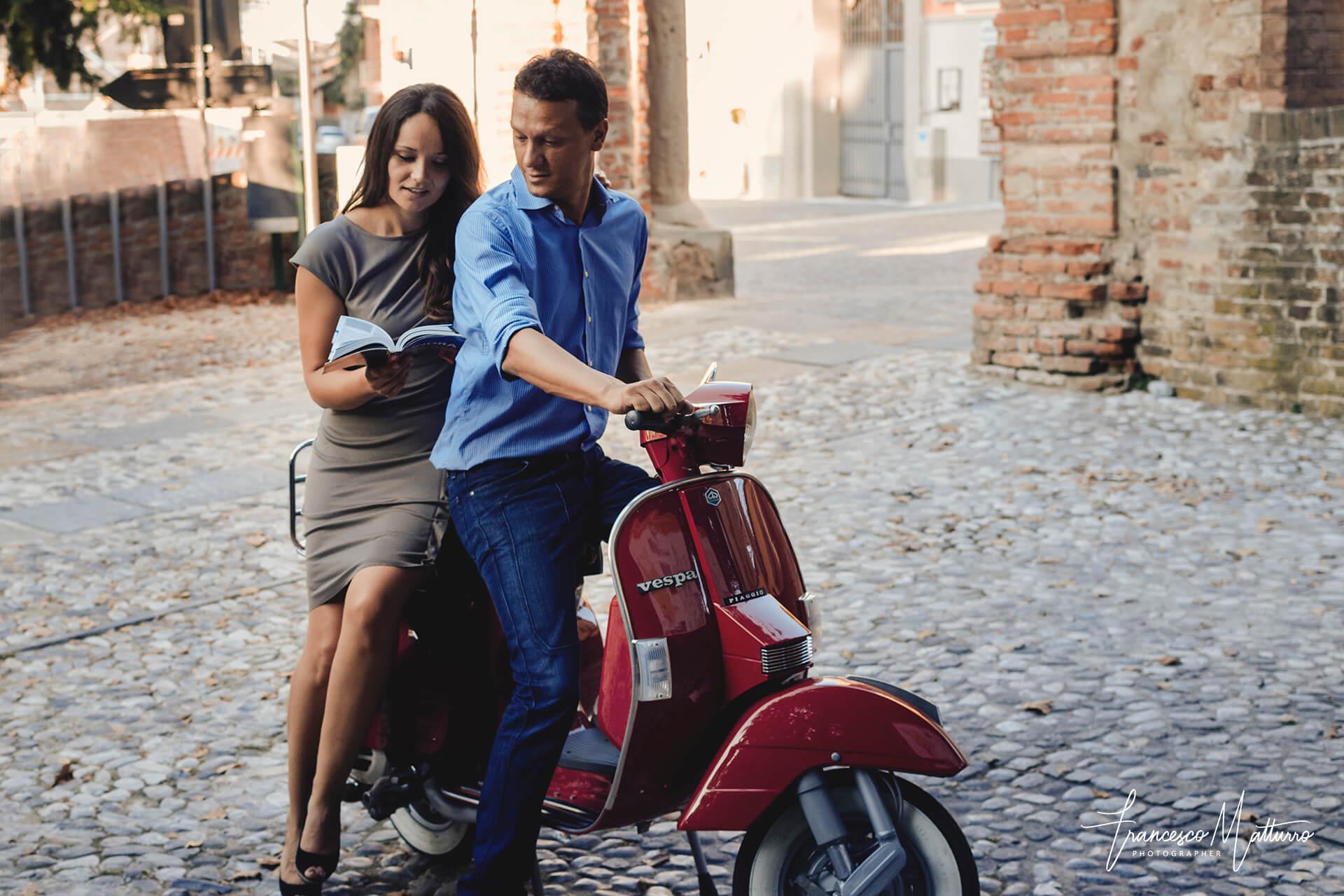 Servizio fotografico pre-matrimoniale di una coppia in sella ad una Vespa per le colline piemontesi ad Asti di Francesco Matturro