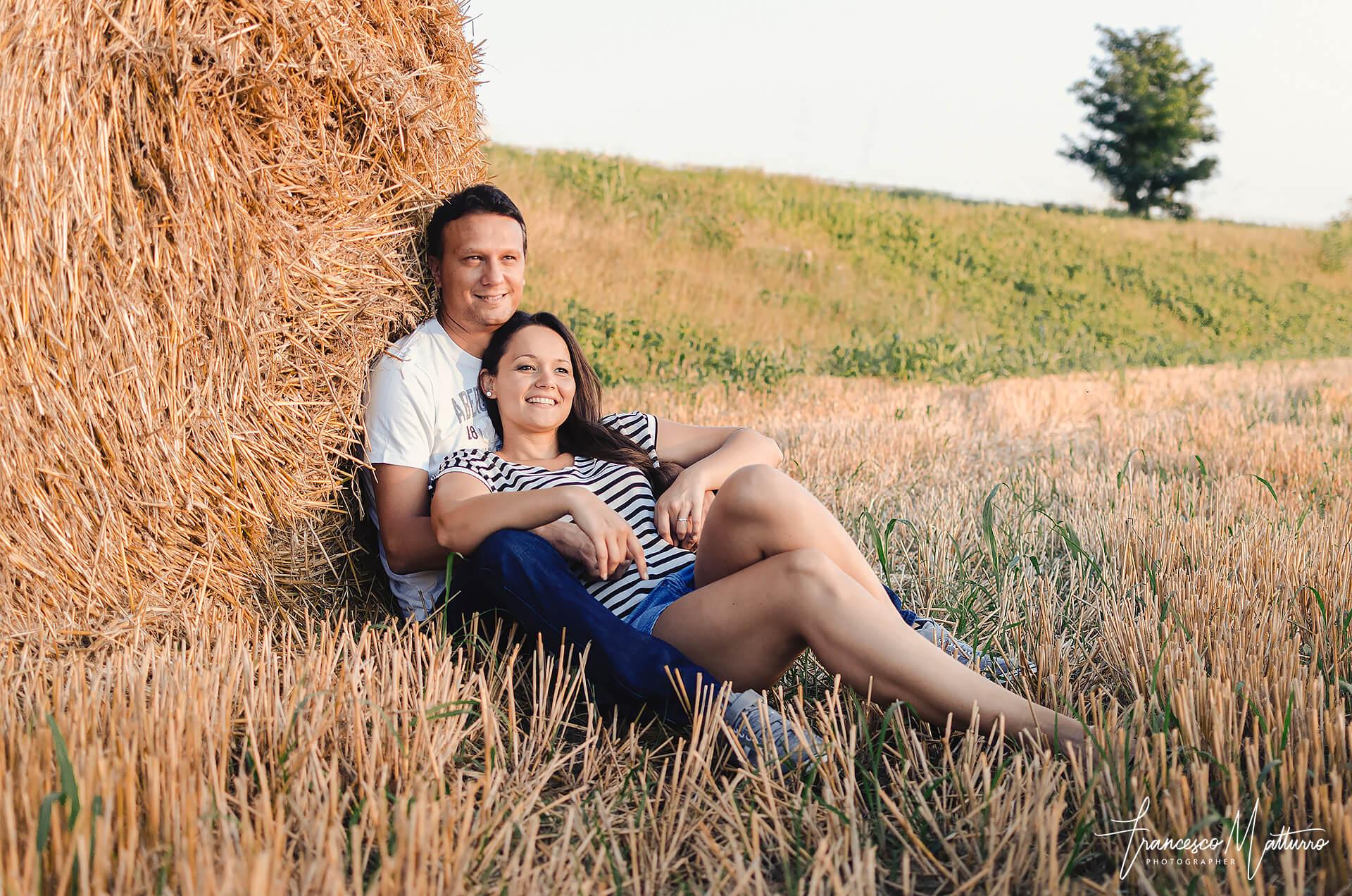 Servizio fotografico pre-matrimoniale di una coppia giovane in un campo di grano ad Asti di Francesco Matturro