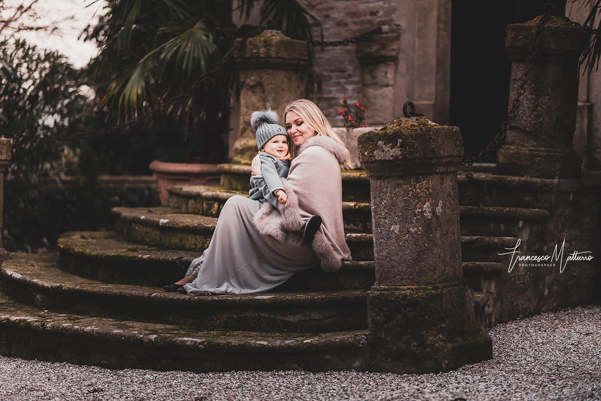 servizi fotografici di famiglia con la mamma che stringe in un abbraccio la sua bimba che ride ad Asti di Francesco Matturro