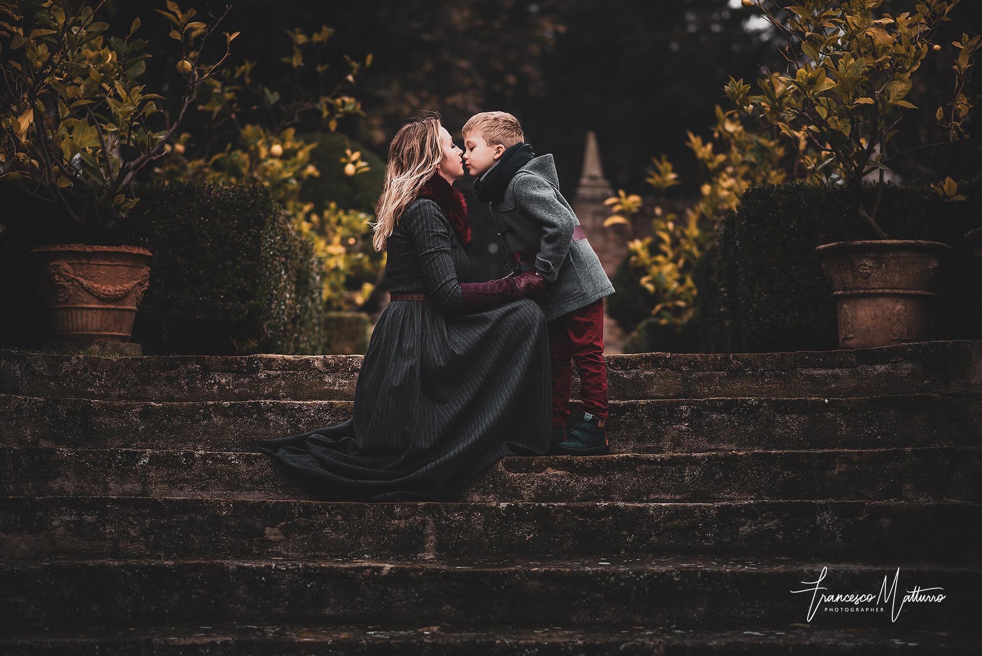 Servizi fotografici di famiglia con mamma che bacia il suo bambino ad Asti di Francesco Matturro