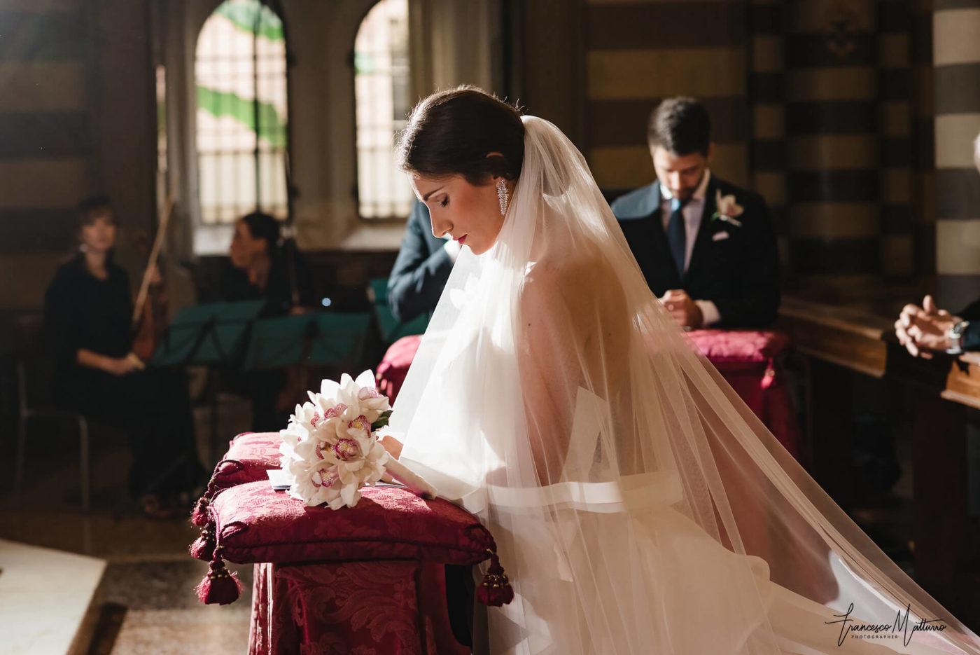Fotografia di matrimonio ad Asti sposa elegante con velo in chiesa e bouquet di Francesco Matturro
